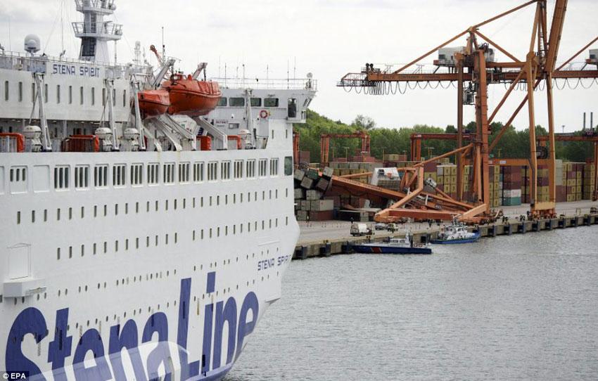 ferry pulls crane tira grua