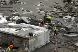 japan-tsunami-dock-wa-olympic-coast-workers-dismantling-2013-3-19_natparkservice_john-gussman