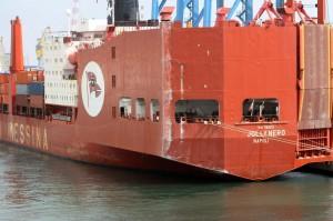 Porto di Genova: nave contro il molo Giano, crolla torre controllo