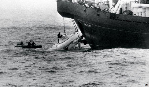 El Pisces III asoma a la superficie en la proa del John Cabot