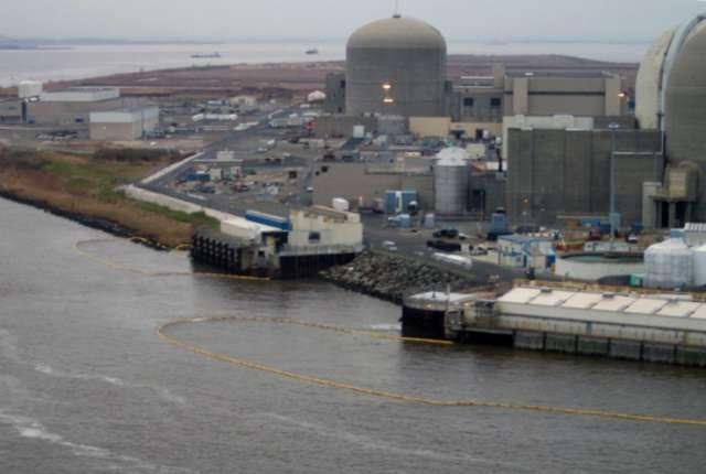 Barreras protegiendo las tomas de agua de la nuclear de Salem
